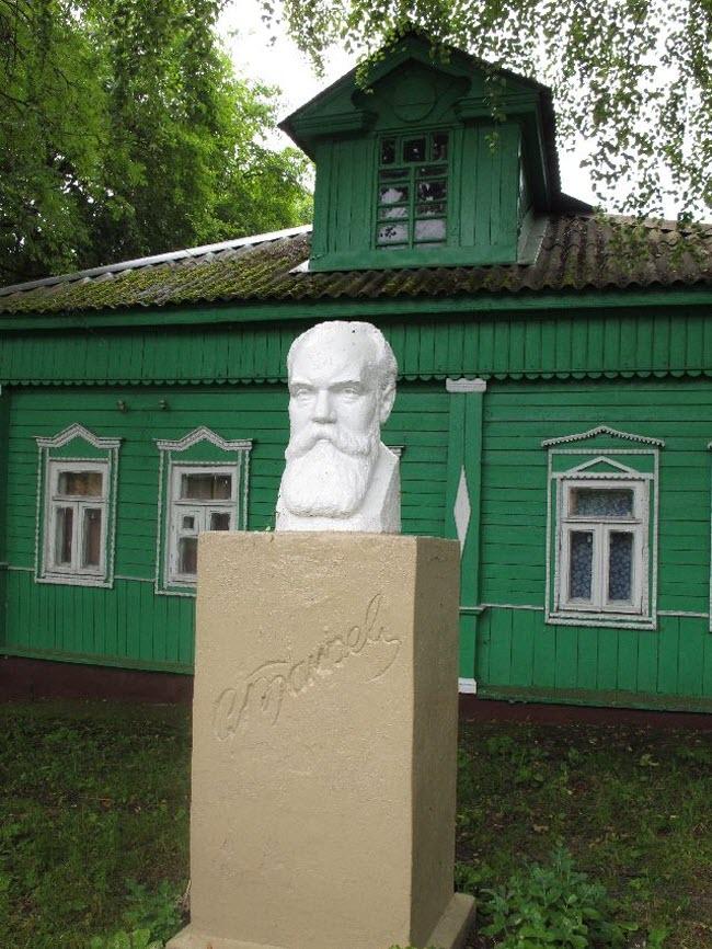 фото памятника Танееву возле усадьбы