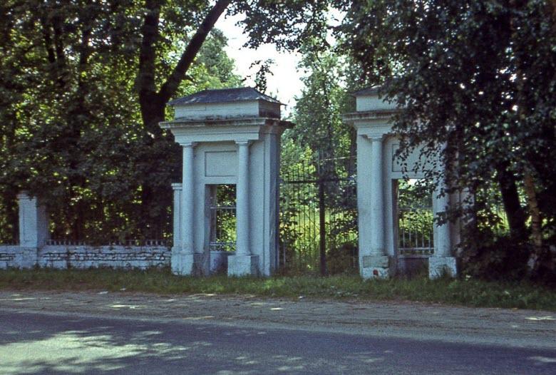 входные ворота в Успенскую церковь